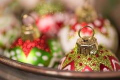Στρογγυλές διακοσμήσεις Χριστουγέννων γυαλιού έτοιμες για τις διακοπές στοκ φωτογραφίες