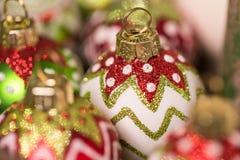 Στρογγυλές διακοσμήσεις Χριστουγέννων γυαλιού έτοιμες για τις διακοπές στοκ εικόνες