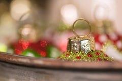 Στρογγυλές διακοσμήσεις Χριστουγέννων γυαλιού έτοιμες για τις διακοπές στοκ εικόνες με δικαίωμα ελεύθερης χρήσης
