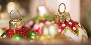 Στρογγυλές διακοσμήσεις Χριστουγέννων γυαλιού έτοιμες για τις διακοπές στοκ φωτογραφίες με δικαίωμα ελεύθερης χρήσης