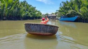 Στρογγυλή βάρκα μπαμπού coracle γύρω από Hoi ένα χωριό Thanh εκκέντρων του Βιετνάμ στοκ εικόνα