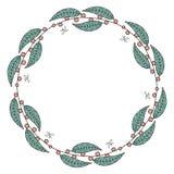 Στρογγυλή γιρλάντα με τα κόκκινα μούρα και τα πράσινα φύλλα απεικόνιση αποθεμάτων