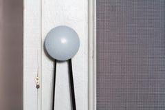 Στρογγυλή ελαφριά λαβή στο παλαιό doo Στοκ Φωτογραφίες
