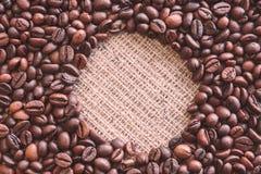 Στρογγυλή κενή θέση στη μέση των καφετιών ψημένων φασολιών καφέ στοκ εικόνα με δικαίωμα ελεύθερης χρήσης