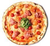 Στρογγυλή πίτσα με το ζαμπόν, τις ντομάτες και τα πράσινα Στοκ φωτογραφίες με δικαίωμα ελεύθερης χρήσης