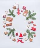 Στρογγυλή σύνθεση σχεδιαγράμματος πλαισίων Χριστουγέννων με το πράσινο έλατο brunches, ετικέττες εγγράφου τεχνών, μπισκότα διακοπ Στοκ Εικόνα