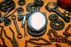 Στρογγυλή φιάλη χάλυβα στο κέντρο των σκουριασμένων εργαλείων, εργαλεία στο υπόβαθρο Εξοπλισμός μοτοσικλετών και πρότυπο επισκευή στοκ φωτογραφία