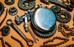 Στρογγυλή φιάλη χάλυβα στο κέντρο των σκουριασμένων εργαλείων, εργαλεία στο υπόβαθρο Εξοπλισμός μοτοσικλετών και πρότυπο επισκευή στοκ εικόνες με δικαίωμα ελεύθερης χρήσης