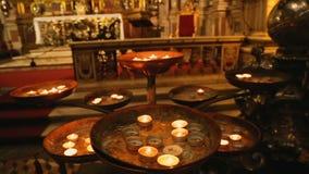 Στρογγυλευμένα καίγοντας κεριά που στέκονται μπροστά από το βωμό του ST Januarius, πίστη απόθεμα βίντεο