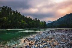 Στρογγυλευμένες πέτρες στην ακτή του ποταμού Katun Βουνό Altai, στοκ φωτογραφία με δικαίωμα ελεύθερης χρήσης