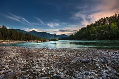 Στρογγυλευμένες πέτρες στην ακτή του ποταμού Katun Βουνό Altai, στοκ φωτογραφίες με δικαίωμα ελεύθερης χρήσης