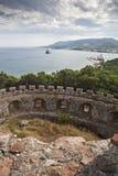 Στρογγυλευμένο φρούριο που αγνοεί το νερό στοκ εικόνα με δικαίωμα ελεύθερης χρήσης