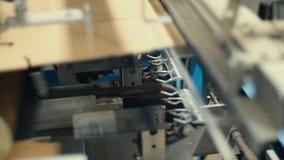 Στρογγυλοποίηση του χαρτονιού για να δώσει την επιθυμητή μορφή απόθεμα βίντεο