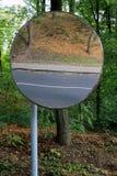 Στρογγυλός καθρέφτης σε ένα πάρκο που απεικονίζει το δρόμο και το πεζοδρόμιο Στοκ Φωτογραφίες