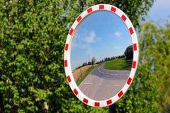 Στρογγυλός καθρέφτης σε μια εθνική οδό Στοκ εικόνες με δικαίωμα ελεύθερης χρήσης