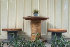 Στρογγυλός ξύλινος πίνακας και εκλεκτής ποιότητας καρέκλα στον κήπο στοκ εικόνες