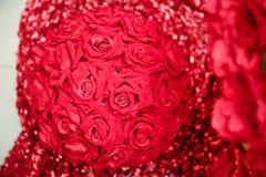 Στρογγυλός τεχνητός κόκκινος αυξήθηκε ανθοδέσμη για τη δέσμευση Ρύθμιση λουλουδιών, στο άσπρο υπόβαθρο Στοκ Φωτογραφίες