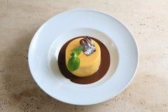 Στρογγυλό κέικ με τη συγκρατημένη σοκολάτα στο άσπρο πιάτο Στοκ Εικόνες