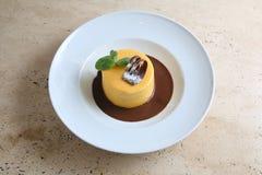 Στρογγυλό κέικ με τη συγκρατημένη σοκολάτα στο άσπρο πιάτο Στοκ φωτογραφία με δικαίωμα ελεύθερης χρήσης