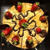 Στρογγυλό κέικ με τις φράουλες στοκ εικόνα με δικαίωμα ελεύθερης χρήσης