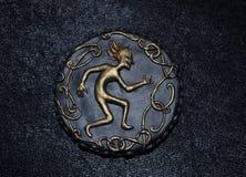 Στρογγυλό κρεμαστό κόσμημα με το χορεύοντας ειδώλιο Στοκ φωτογραφία με δικαίωμα ελεύθερης χρήσης