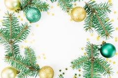 Στρογγυλό πλαίσιο των χειμερινών δέντρων, των σφαιρών γυαλιού και του χρυσού κομφετί στο άσπρο υπόβαθρο Χειμερινή έννοια Χριστουγ Στοκ Φωτογραφίες
