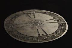 Στρογγυλό πνευματικό διάγραμμα που χαράζεται στο ξύλο που χρησιμοποιείται για την επικοινωνία με το εκκρεμές στοκ εικόνες με δικαίωμα ελεύθερης χρήσης