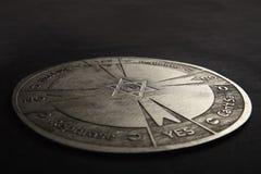 Στρογγυλό πνευματικό διάγραμμα που χαράζεται στο ξύλο που χρησιμοποιείται για την επικοινωνία με το εκκρεμές στοκ φωτογραφία