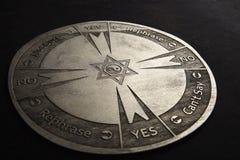 Στρογγυλό πνευματικό διάγραμμα που χαράζεται στο ξύλο που χρησιμοποιείται για την επικοινωνία στοκ φωτογραφίες με δικαίωμα ελεύθερης χρήσης