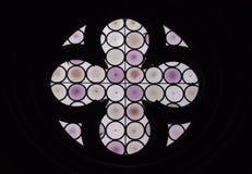 Στρογγυλό πορφυρό λεκιασμένο παράθυρο γυαλιού με το σταυρό Στοκ Εικόνα