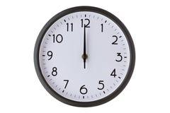 Στρογγυλό ρολόι τοίχων γραφείων στο λευκό, τα μεσάνυχτα ή τη μεσημβρία στοκ εικόνες με δικαίωμα ελεύθερης χρήσης