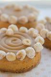 Στρογγυλά κέικ με την καραμέλα και τα καρύδια Στοκ Εικόνα