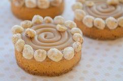Στρογγυλά κέικ με την καραμέλα και τα καρύδια Στοκ Εικόνες