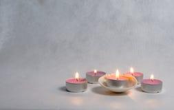 Στρογγυλά πορφυρά κεριά και θαλασσινά κοχύλια Στοκ Φωτογραφία