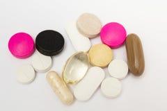 Στρογγυλά χάπια και ωοειδείς σκληρές και μαλακές κάψες στο άσπρο υπόβαθρο Στοκ εικόνα με δικαίωμα ελεύθερης χρήσης