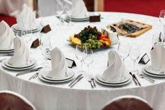Στρογγυλή εξυπηρετούμενη πίνακας πολυτέλεια εστιατορίων για ένα εορταστικό γεύμα στοκ φωτογραφίες με δικαίωμα ελεύθερης χρήσης