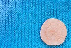 Στρογγυλή κλήθρα περικοπών πριονιών στο μπλε πλεκτό υπόβαθρο υφάσματος στοκ φωτογραφίες με δικαίωμα ελεύθερης χρήσης