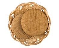 Στρογγυλή σίκαλη flatbreads στο ψάθινο καλάθι που απομονώνεται στο λευκό στοκ φωτογραφία