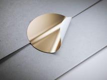 Στρογγυλή χρυσή αυτοκόλλητη ετικέττα στον άσπρο φάκελο Στοκ Εικόνα