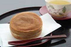 Στρογγυλός-διαμορφωμένο κέικ που περιέχει την κόκκινη κόλλα φασολιών, ιαπωνικά γλυκά Στοκ φωτογραφία με δικαίωμα ελεύθερης χρήσης