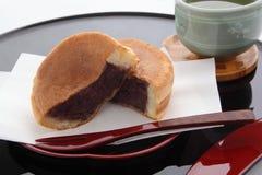 Στρογγυλός-διαμορφωμένο κέικ που περιέχει την κόκκινη κόλλα φασολιών, ιαπωνικά γλυκά Στοκ Φωτογραφία