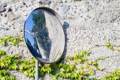 Στρογγυλός καθρέφτης στον πόλο μετάλλων που διασχίζει πλησίον τις οδούς Στοκ Εικόνες