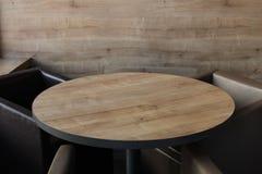 Στρογγυλός ξύλινος πίνακας σε έναν καφέ στοκ εικόνες με δικαίωμα ελεύθερης χρήσης