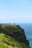 Στρογγυλός πύργος επιφυλακής στον απότομο βράχο ` s Moher στην Ιρλανδία Στοκ εικόνες με δικαίωμα ελεύθερης χρήσης