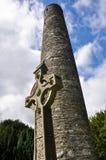 Στρογγυλός πύργος και κελτικός σταυρός σε Glendalough, Ιρλανδία Στοκ φωτογραφίες με δικαίωμα ελεύθερης χρήσης