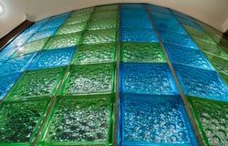 Στρογγυλός τοίχος λουτρών από το μπλε και πράσινο κεραμίδι γυαλιού Στοκ Εικόνα