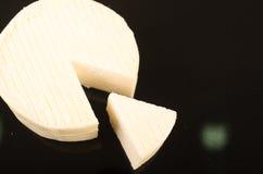 Στρογγυλό άσπρο φρέσκο τυρί Στοκ φωτογραφίες με δικαίωμα ελεύθερης χρήσης