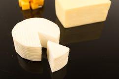 Στρογγυλό άσπρο φρέσκο τυρί Στοκ Εικόνες