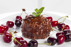 Στρογγυλό κέικ σοκολάτας με τα κεράσια Στοκ Φωτογραφίες