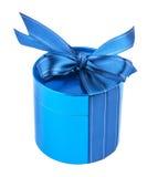Στρογγυλό κιβώτιο δώρων, που δένεται με το μπλε τόξο κορδελλών στην κορυφή Στοκ Εικόνες